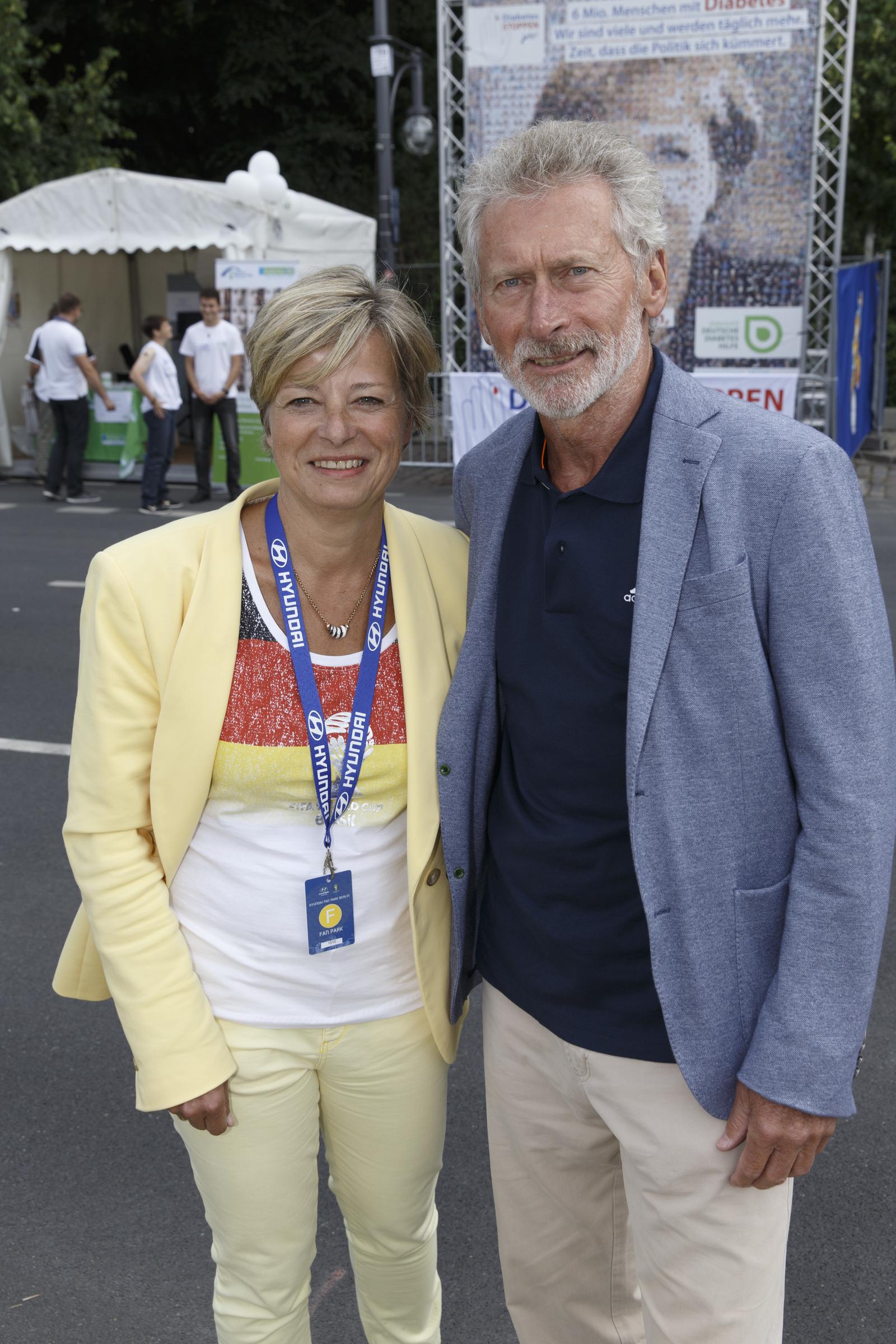 Paul Breitner unterstützt diabetesDE auf Berliner Fan Meile
