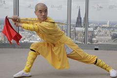 """Shi Yan Yao bei einer Übung für Terra X """"Supertalent Mensch"""". Der Shaolin Mönch beherrscht das Zusammenspiel von Körper und Geist in Perfektion Copyright: ZDF/Valerie Schmidt"""