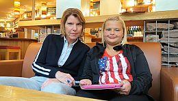 Bettina Böttinger mit Daniela Brunini (r) im Café. Sie hat einen eigenen Blog im Internet, in dem sie über ihr Leben mit Mukoviszidose schreibt. Foto: Copyright  ©WDR