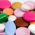 Kunterbuntes Tabletten-Allerlei: Statt wichtiger Utensilien für den Notfall enthalten viele Hausapotheken nur Arzneimittelmüll. obx-medizindirekt gibt Tipps, wie man seine Hausapotheke optimal bestücken sollte. Foto: obx-medizindirekt