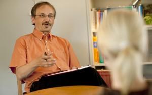 Dr.  Andreas Schmidt: Dr. Andreas Schmidt, leitender Psychologe in der Dr. Becker Burg-Klinik, weiß wie wichtig Bewegung für depressive Menschen ist. In der Rehabilitation gehört die sportliche Betätigung fest zum Behandlungsplan.