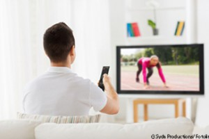 Durch Fernsehenschauen werden Informationen nur passiv verarbeitet. Wer sich regelmäßig bewegt, sorgt dafür, dass sich Nervenzellen besser vernetzen können. © Syda Productions/ Fotolia