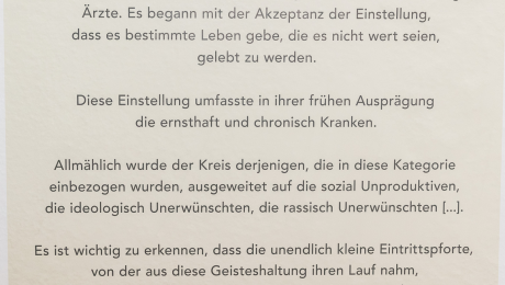 Titelgebendes Zitat des Mediziners Leo Alexander 1949. Copyright Lässig Charité.