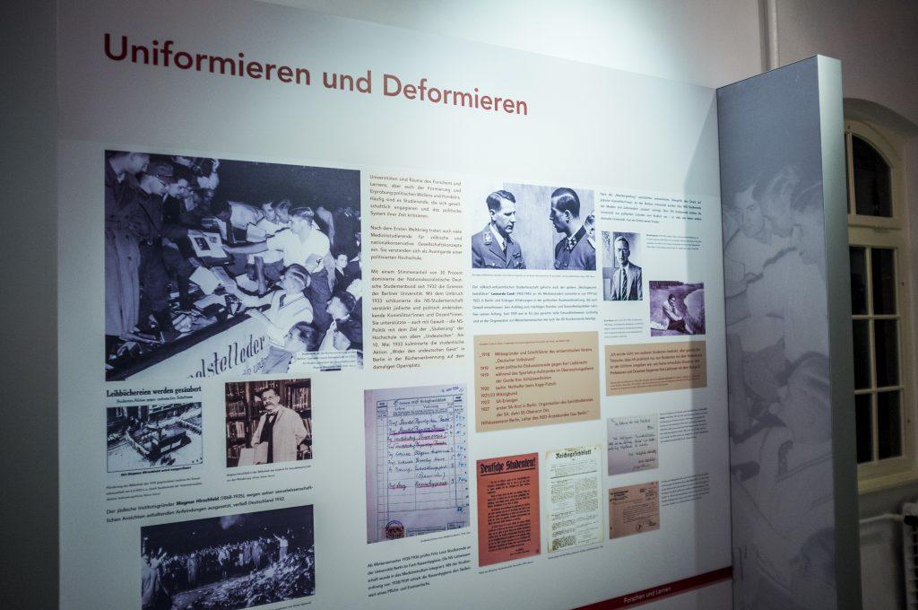 GeDenkOrt Ausstellungstafel Uniformieren Deformieren - Copyright Charité
