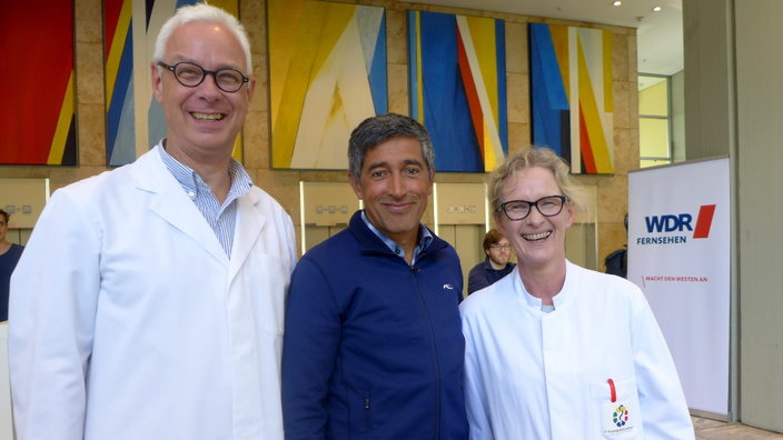 WDR Betriebsarzt Michael Neuber, Moderator Ranga Yogeshwar und Krankenhaushygienikerin Birgit Ross © WDR/Axel Bach