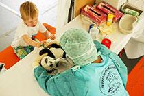 Beim Teddybär-Krankrankenhaus können Kinder ihre kranken oder verletzten Kuscheltiere behandeln lassen