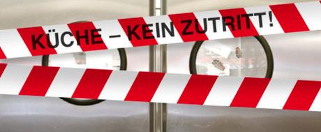 """Rot-weiß-Banner mit Aufschrift """"Küche kein Zutritt"""""""
