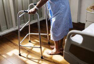 Das Foto zeigt eine Patientin im Krankenhaus