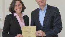 nloads: Prof. Gabrysch bei der Urkundenübergabe. Foto: Peitz/Charité
