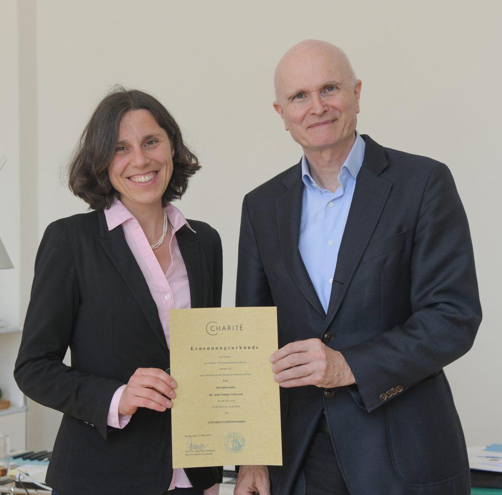 Prof. Gabrysch bei der Urkundenübergabe. Foto: Peitz/Charité