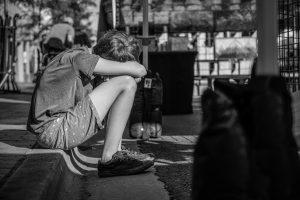 Das Foto zeigt einen Jugendlichen in sich versunken.  Das Foto ist von Pexels. Der Fotograf heißt Brett Sayles