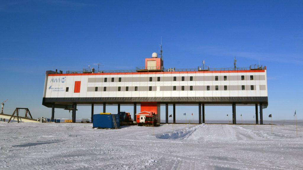 Die Neumayer-Station III des Alfred-Wegener-Instituts, Helmholtz-Zentrum für Polar- und Meeresforschung (AWI), liegz auf dem Ekström-Schelfeis im atlantischen Sektor der Antarktis. © Alexander Stahn/Charité