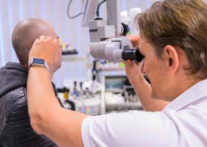 Hier wird die Untersuchung des Innenohrs gezeigt. Bildquelle: Schwindelambulanz Sinsheim, Behandlungsbild Dr. Schiffmann