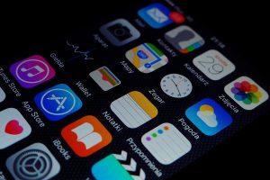 Das Foto zeigt verschiedene Apps auf einem Smartphone