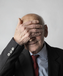 Ein alter Mann hält sich die Hand vor die Augen. Foto von Andrea Piacquadio von Pexels  elderly-man-in-black-suit-jacket-covering-his-eyes-with-his-3831614.jpg