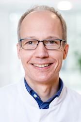 Das Foto ist ein Porträtfoto von Prof. Dr. Rainer Dziewas